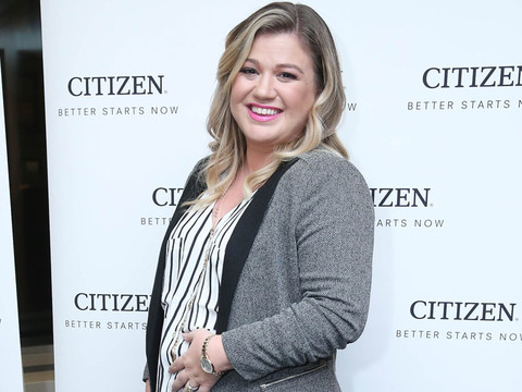 Glowing Mama-to-Be! Kelly Clarkson's Baby Bump Makes Its Red Carpet Debut