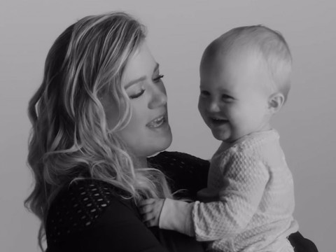 """Kelly Clarkson's Daughter River Rose Makes Music Video Debut In """"Piece By Piece"""""""