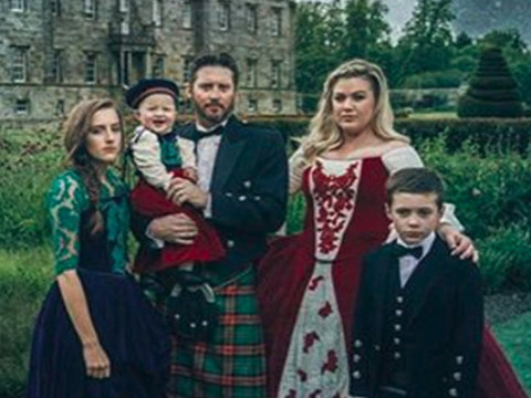 """Kelly Clarkson Wins Christmas with Family's Amazing """"Game of Thrones"""" Holiday Card!"""