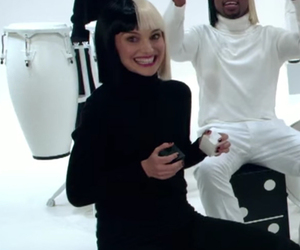 "Natalie Portman Performs with Sia on ""The Tonight Show"" -- Using Very Unique…"