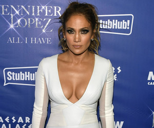 Jennifer Lopez Goes Completely Makeup-Free In Hilarious New Video with Casper…