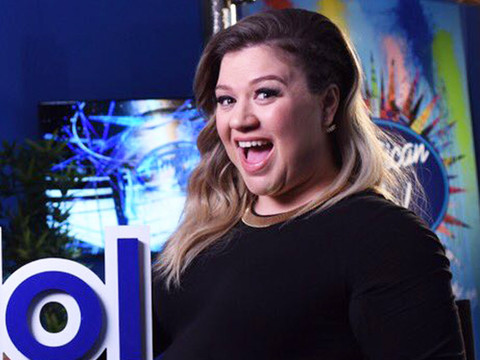 """Kelly Clarkson Returns to """"American Idol"""" -- Check Out Her Growing Bump!"""