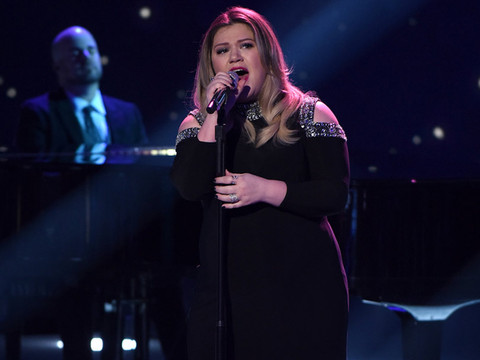 "Kelly Clarkson Had Everyone Sobbing During Emotional ""Idol"" Performance -- Wait'll You…"