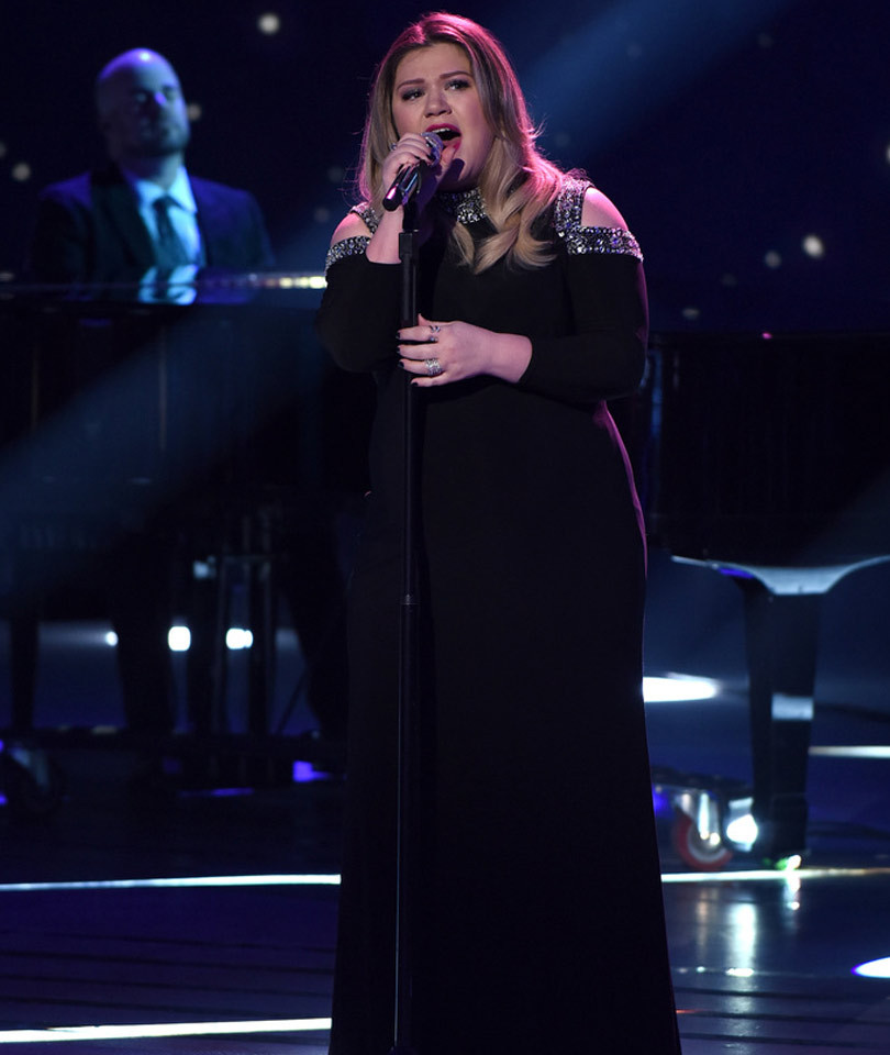 "Kelly Clarkson Had Everyone Sobbing During Emotional ""Idol"" Performance --…"