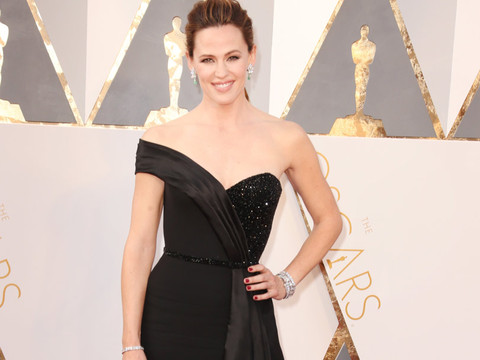 Jennifer Garner Hits the Oscars Red Carpet Solo After Vanity Fair Tell-All