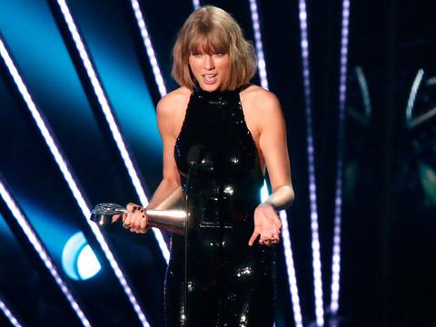 "Taylor Swift Thanks ""My Boyfriend Adam"" at the iHeartRadio Music Awards"