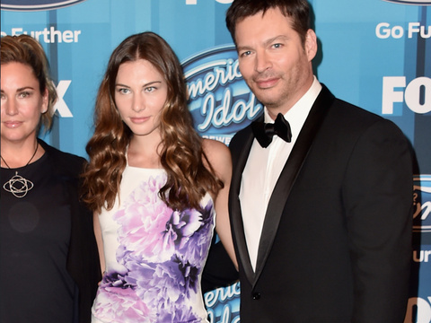 "Harry Connick Jr.'s Two Gorgeous Daughters, Georgia & Sarah, Stun at ""American Idol""…"