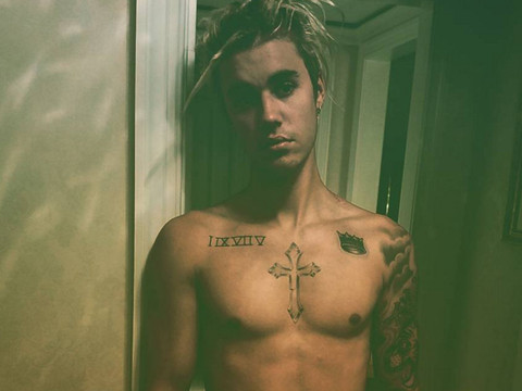 Justin Bieber Flaunts Six-Pack Abs in Shirtless Selfie -- Check Out More Sexy Stars!