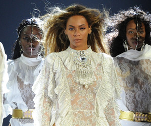 """Beyonce Brings Lucky Fans Up Onstage For """"Single Ladies"""" -- And They Kill the…"""