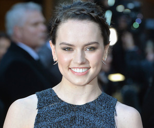 "Daisy Ridley Posts Makeup-Free Photo Covered in ""Spot Cream"" -- See the Cute…"