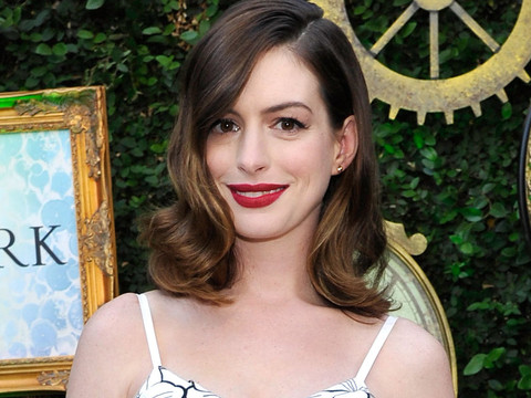 "Anne Hathaway Shows Off Post-Baby Bod at ""Alice Through The Looking Glass"" Event"