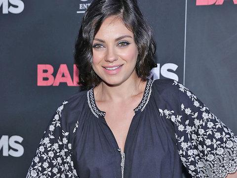 "Mila Kunis Flaunts Baby Bump, Faux Bob at ""Bad Moms"" Premiere"