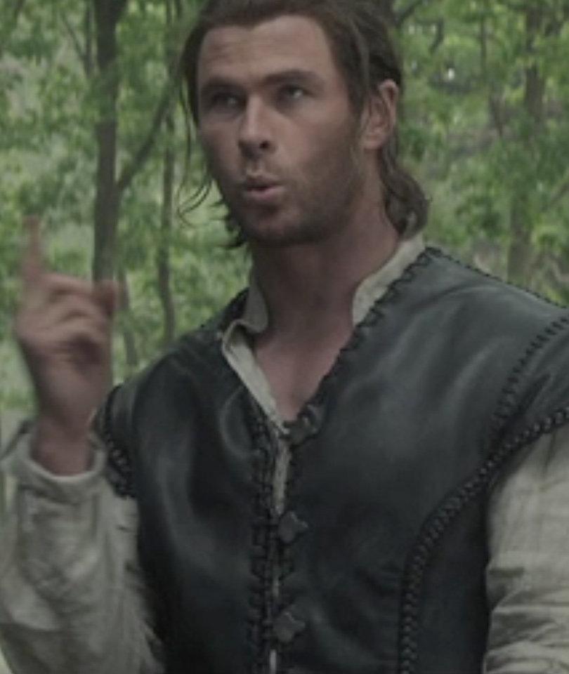 """See Who Hemsworth Flips Off In """"Huntsman"""" Gag Reel!"""