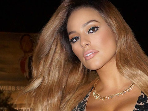 Ashley Graham Flaunts Her Cleavage & Debuts New Lighter Locks
