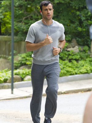 "Justin Theroux Says Revealing Sweatpants Pics Were ""Mortifying"""