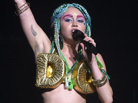 "Miley Cyrus Screws Up Performance Because She's ""Too Stoned"""