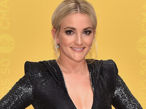 Jamie Lynn Spears Shows Major Leg on CMA Red Carpet