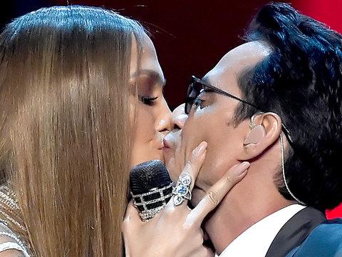 J.Lo & Marc Anthony Kiss at the 2016 Latin Grammy Awards