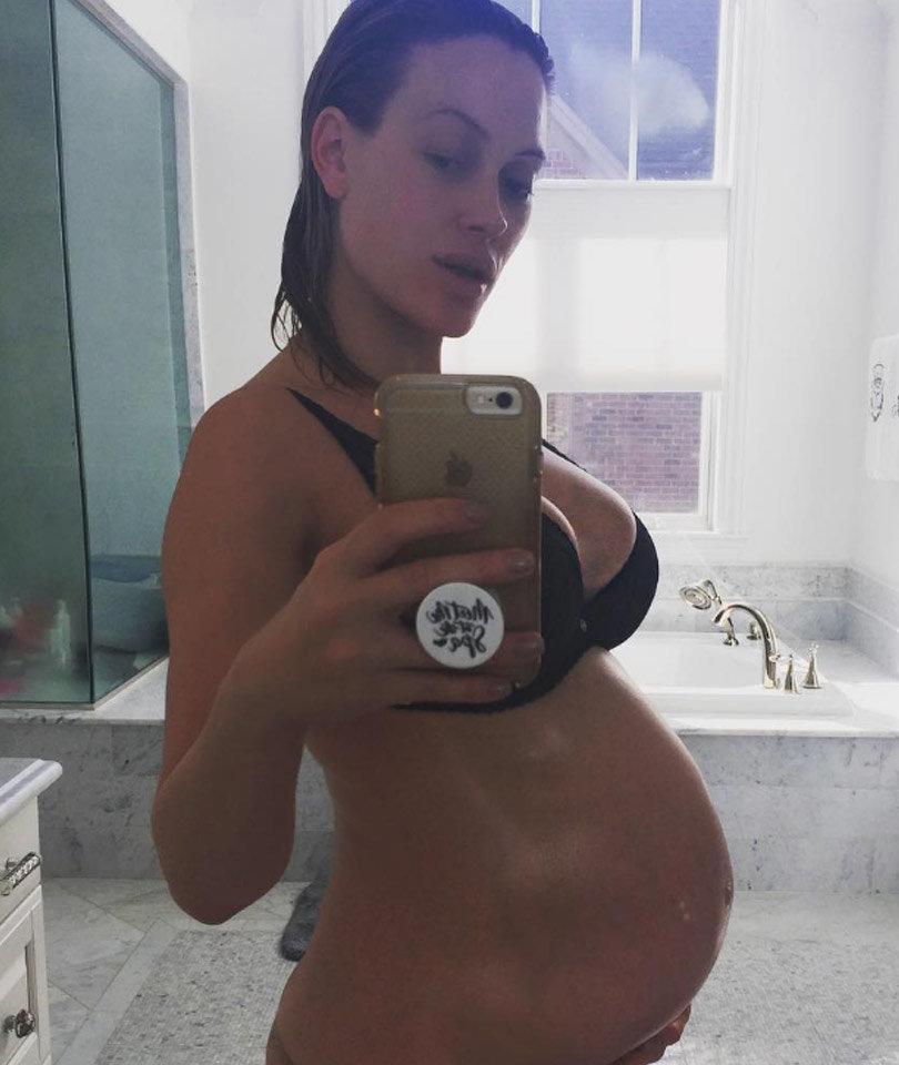 Peta Oils Up Her Bare Baby Bump & More Celeb Selfies!