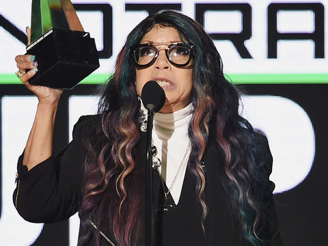 Prince's Sister Gives Emotional Speech In His Honor at AMAs