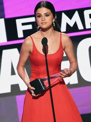 How Selena Gomez Went on a 90-Day Cellphone Fast
