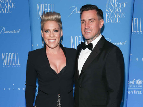 Pink and Carey Hart Help Daughter Willow, 5, Dye Her Hair Hot Pink!