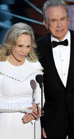 Bonnie and Clyde Pull Off Biggest Oscar Fail In History by Almost Robbing 'Moonlight' of Best Picture Win (Video)
