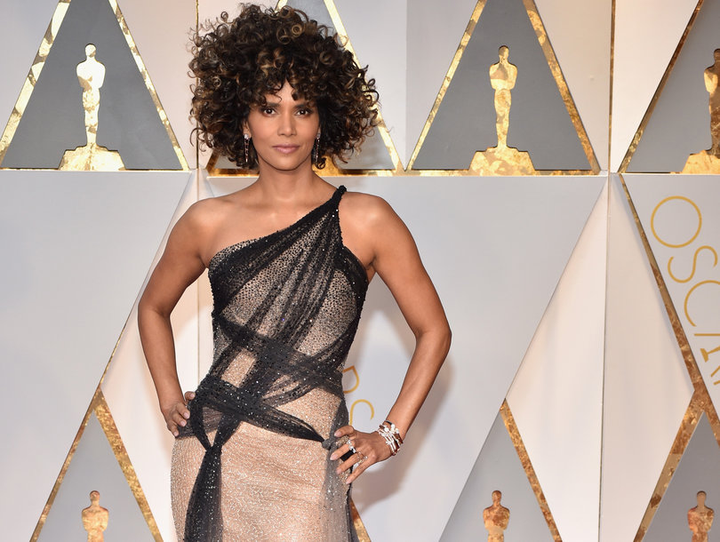 Halle Berry's Oscar Hair Is Being Brutalized But the Versace Dress Is #Winning (Photos)