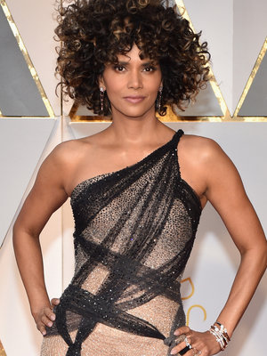 Halle Berry's Oscar Hair Is Being Brutalized But the Versace Dress Is #Winning