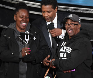 Hollywood Tour Bus Crashes Oscars: Denzel Washington Marries Couple, Jennifer Aniston Gives Out Her Sunnies (Video)
