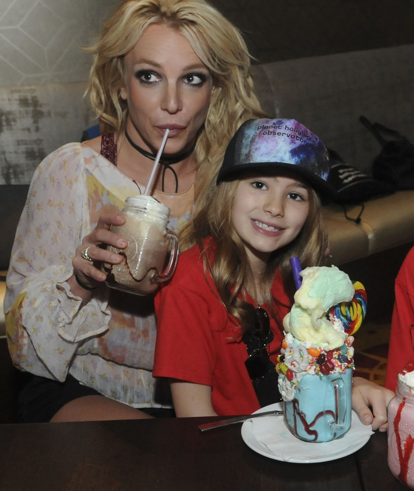 Britney Spears Enjoys Family Outing In Florida with Maddie and Sons (Photos)