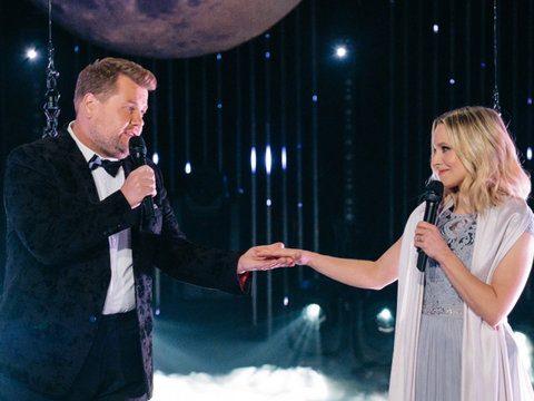 James Corden, Kristen Bell Sing Through Technical Issues in Awkward Aerial Duet (Video)