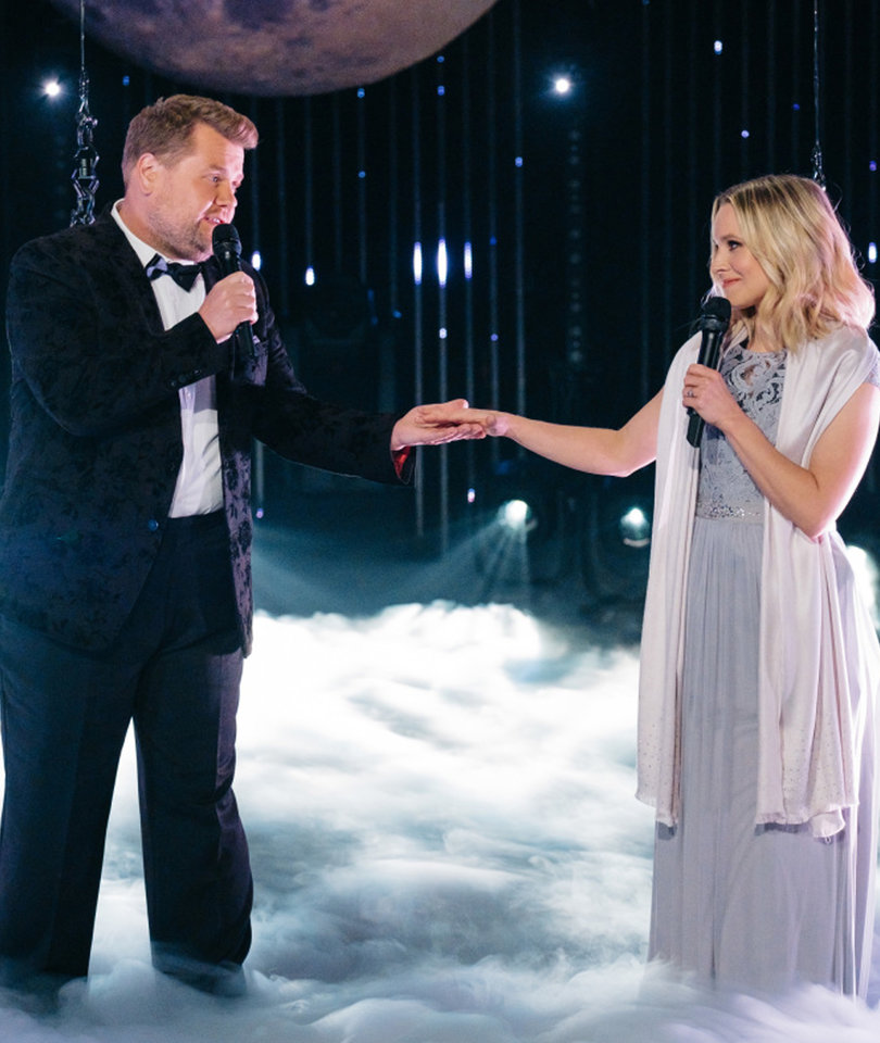 James Corden, Kristen Bell Sing Through Technical Issues in Awkward Aerial Duet…