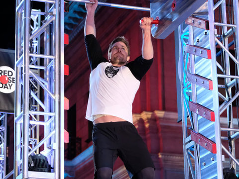 'Arrow' Star Stephen Amell Crushes 'American Ninja Warrior' for Red Nose Day