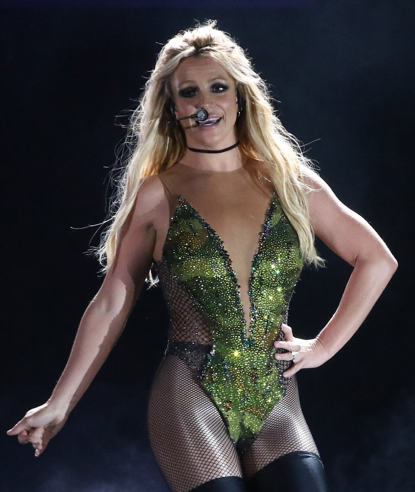 Britney Spears Brings Down the House With Bonnie Raitt Cover