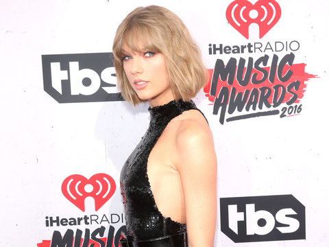 The Old Taylor Swift Is Nominated for a CMA