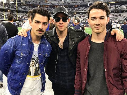 Joe Jonas Reunites the JoBros at Cowboys Game