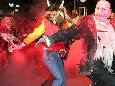 Klum Nails Michael Jackson's 'Thriller' Dance In Full Werewolf Costume
