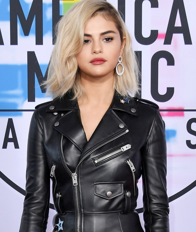 Selena Gomez Shuts It Down with New Blonde 'Do at AMAs