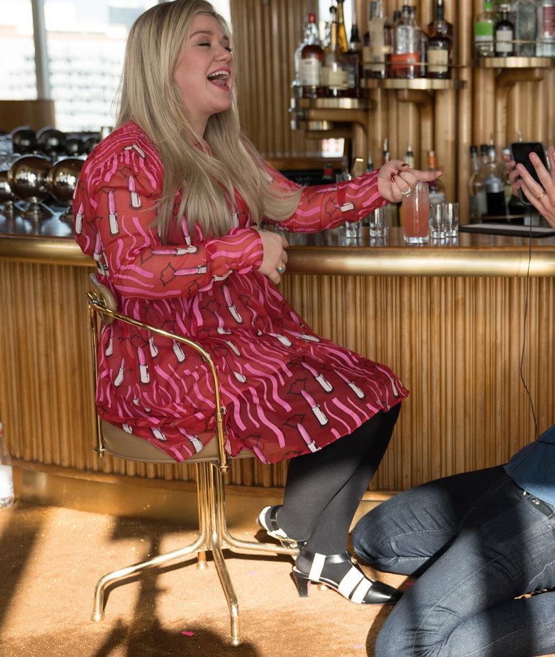 Seth Meyers Drunkenly Serenades Kelly Clarkson With Her Biggest Hit