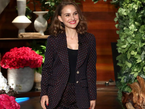 Natalie Portman Forks Over $1,000 After Losing Bet to Ellen DeGeneres