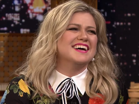 Kelly Clarkson Sings Google Translated Version of 'Stronger'